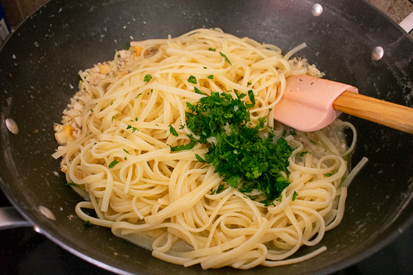 pasta-with-parsley-in-pot
